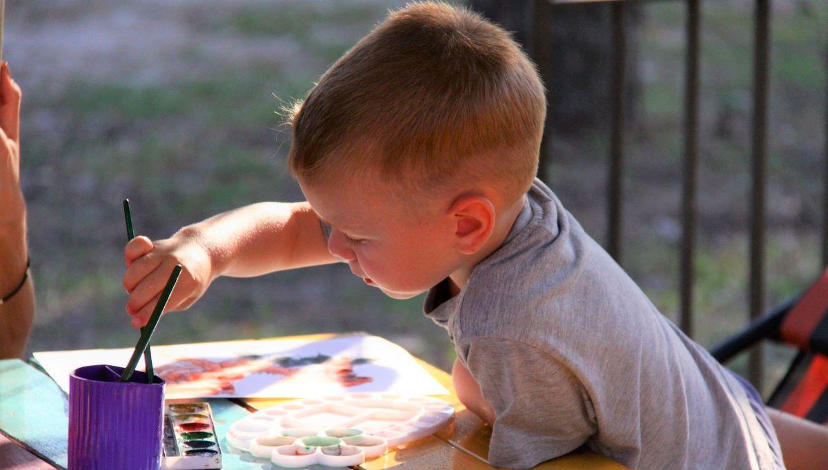 Dijete crta sliku