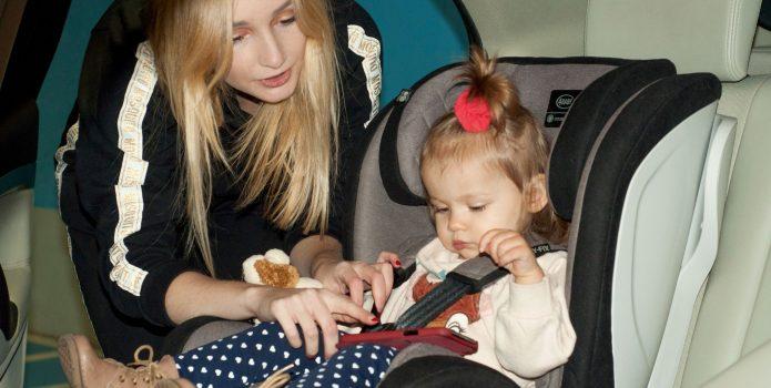Mama i beba u autosjedalici
